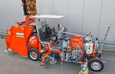 H26 máquina pintabandas para plásticos en frío de 2 componentes pulverizables, modos Airless (AMAKOS®), con dispersor de esferas eléctrico y depósito adicional para material de pre-marcaje