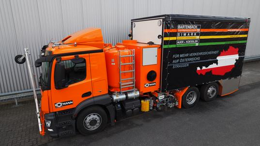 H37-5000P Multi-Purpose Marking Truck with exchangeable unpressurised container (4 x 1250 l) for 1-component cold paints with pump and for 2-component sprayable cold plastics for Airless spraying method with path-dependent metering pump AMAKOS®