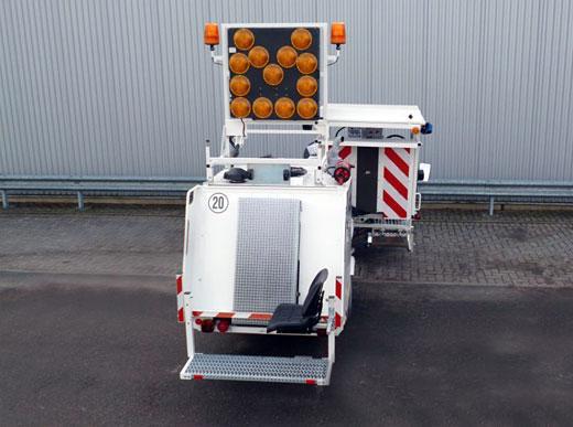 Zusätzlich Sitzträgerverlängerung mit direktem Sitz oberhalb des Extruders und Schutzblechsystem gegen Verschmutzung sowie robustem Aluminiumdach und Komfortsitze.
