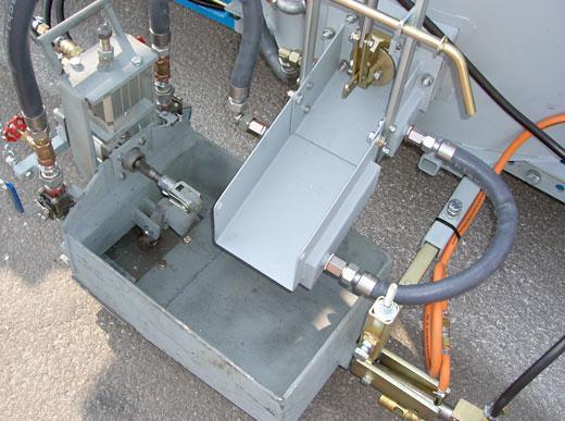 Thermalölbeheizte Auslaufrinne und pneumatisch betätigtes Auslassventil für Thermoplastiken im Ziehschuhverfahren