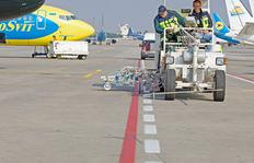 H33 in Kiev/Ukraine with pressurised container system for cold paints, 2 x 385 l pressurised container incl. 90 cm wide line marker unit with 4 paint- and glass bead guns each as well as 2 paint- and glass bead guns each for taxiways in red and white