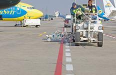 H33 en Kiev/Ucrania con sistema de depósitos presurizados para pinturas en frío, 2 x 385 l depósitos presurizados, con marcador aeroportuario de 90 cm con 4 pistolas de pinturas y de esferas cada uno así como 2 pistolas de pintura y de esferas cada uno pa