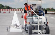 H26 en la companía Airbus, Hamburgo/Alemania equipada para Airless pinturas en frío de 1 componente así como sistema Airless para pinturas plásticas en frío pulverizables de 2 componentes M98:2, depósito presurizado de 460 l con marcador aeroportuario de