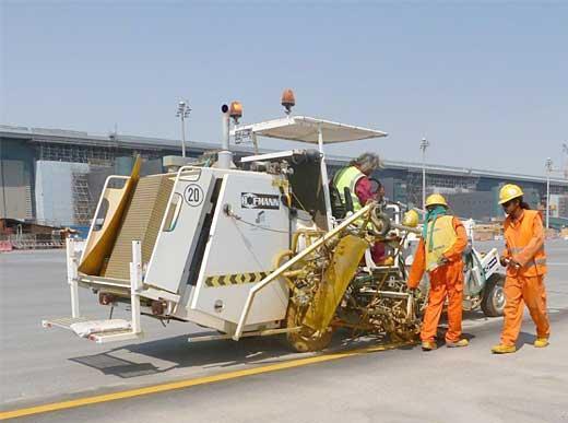 H 33 en Doha/Qatar avec système de 2 couleurs du réservoir sous pression pour peinture à froid, 1 x 540 l et 1 x 385 l réservoir sous pression, marqueur aéroportuaire 90 cm avec 4 pistolets de peinture et malaxeur de billes de verre (diffuseur) au travers