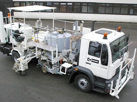 H75-1000PEX-CP Camion de marquage combiné  avec réservoir sous pression pour enduits à chaud (600&nbsp;l) et pour peinture à froid (540&nbsp;l):<br> a) pour enduits à chaud pulvérisés avec pompe de dosage dependant de la vitesse(AMAKOS<sup>®</sup>), unité