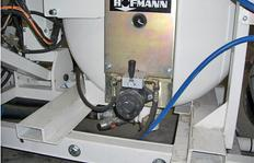 Fácil sistema paletizable (intercambiable) con cierres rápidos eléctricos yhidráulicos así como orejas de fijación para intercambio rápido de las unidades de aplicación mediante carretilla de horquilla elevadora