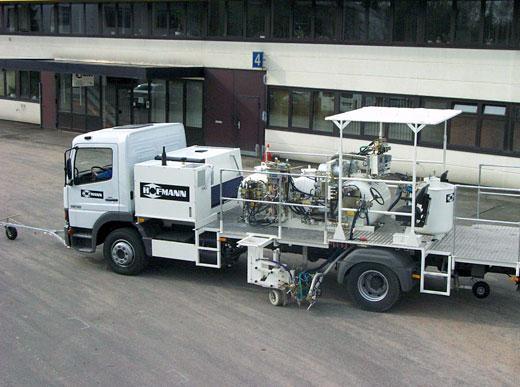 H37-1600P Camion de marquage combiné avec réservoirs sous pression (3 x 540&nbsp;l) pour peinture à froid et enduits à froid 2 composants pulvérisés pour procédés de pulvérisation Airless avec pompe de dosage dépendant de la vitesse (AMAKOS<sup>®</sup>)