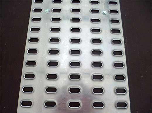 9000HG / H4270-2 / 6000HG für H33, H26, Grip-Lochbleche zur Vermeidung von Rutschen der Maschinen beim Befahren des Anhängers und zur Erhöhung der Standfestigkeit während des Transportes