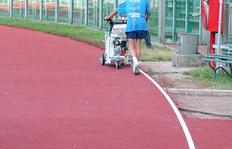 H5-1 in Sportplatzausführung mit Rollscheiben beim Markieren der Laufstrecke im Olympiastadion in Rom