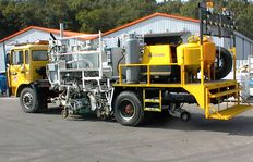 H75-500PEX Combi-Roadmarking truck with thermoplastic pressurised container (600 l): for sprayable thermoplastics with path-dependent metering pump (AMAKOS<sup>®</sup>), marker unit on both sides; for thermoplastics with MultiDotLine<sup>®</sup> extr