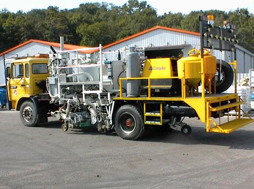 H75-500PEX Combi-Roadmarking truck with thermoplastic pressurised container (600&nbsp;l): for sprayable thermoplastics with path-dependent metering pump (AMAKOS<sup>®</sup>), marker unit on both sides; for thermoplastics with MultiDotLine<sup>®</sup> extr