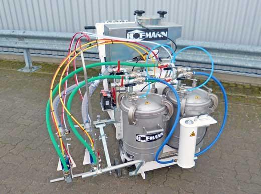 H9 Airspray con dos depósitos cada uno 48 l para material blanco y amarillo así como con dos pistolas para pintura y esferas