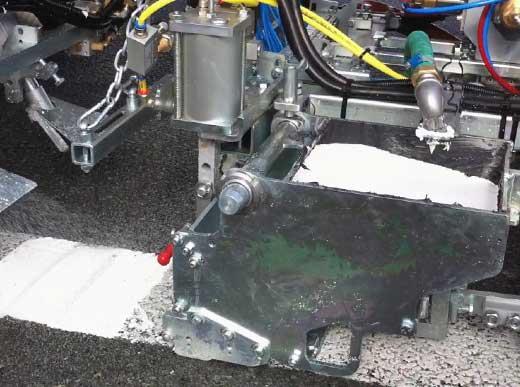 2K-Kaltplastik - Geschlossenes Mischsystem mit offenem Zulaufkasten für Glatt- und Profil-Markierungen ohne Anfahrschräge