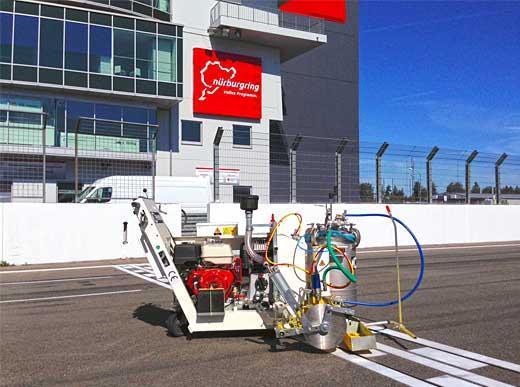 H9 pendant travaux de marquage sur le circuit de Nürburgring à Nürburg / Allemagne