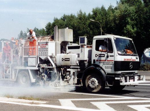 H75-2500PEX Combi-Roadmarking truck with unpressurised container (2500&nbsp;l) for sprayable thermoplastics with path-dependent metering pump (AMAKOS<sup>®</sup>), marker unit on both sides and for thermoplastics with two universal extruders on both sides