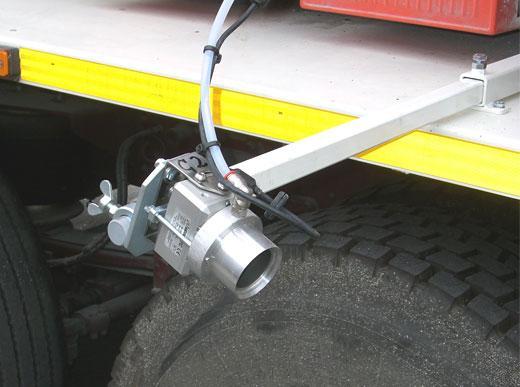 Beidseitiges Kamerasystem mit Luftbläser gegen Beschlagen und Verschmutzen der Linse, am Beispiel eines Markierungs-LKWs für spritzbare Thermoplastiken zur Überwachung der Strichqualität sowie korrekten Strichanfängen und -enden