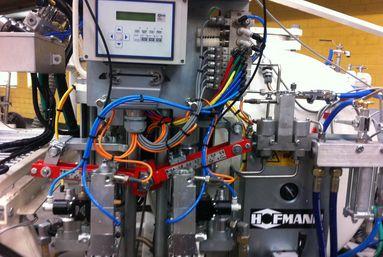 CONEX® Dosierpumpe mit stufenlos verstellbarem Härteranteil bei Airless 98:2-Kaltspritzplastik-Maschinen