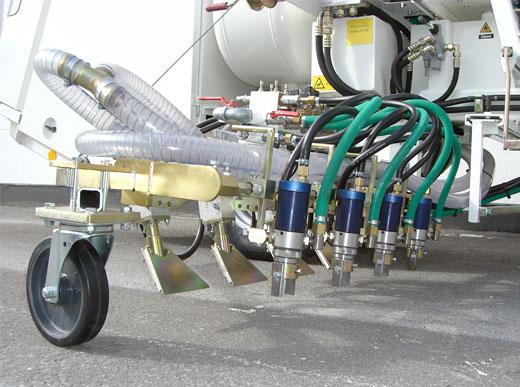 H26 in Riad/Saudi Arabien mit Kaltfarben Druckbehälter-System, 2 x 225 ltr Druckbehälter für den Einsatz mit 90 cm Breitstrichmarkeur mit jeweils 4 Farb- und Perlpistolen