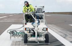 H18 en Islandia con sistema de depósitos presurizados para pinturas en frío, 2 x 225 l depósitos de presión y con marcador aeroportuario de 90 cm con 3 pistolas de pinturas y de esferas cada uno