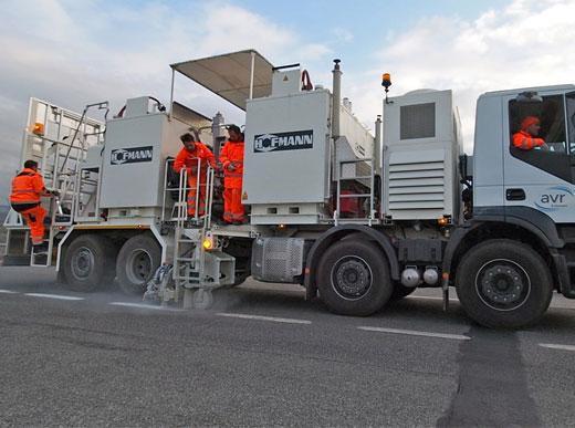 H75-4000P avec réservoir sans pression (4 x 1.000 l) pour l'enduits à chaud pulvérisés avec pompe à vis, marqueurs bilatéral, Italie