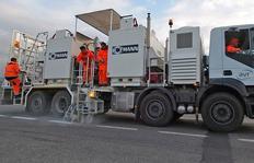 H75-4000P con depósitos sin presión (4 x 1.000 l) para pinturas termoplásticas pulverizables con bomba helicoidal, marcadores en ambos lados, Italia