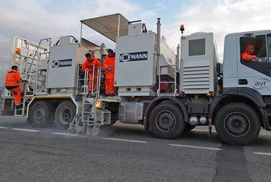 H75-4000P mit drucklosen Behältern (4 x 1.000 ltr) für spritzbare Thermoplastiken mit Schneckenpumpe, Markeur beidseitig, Italien