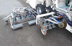 H33 в Мускате/Оман с вакуумной системой баллонов под давлением для 1К-холодных красок, 1 х 460 л и 2 х 220 л баллонами для использования на маркировщике шириной 90 см, имеющем по 4 пистолета для краски и стеклошариков с обкатными  дисками, а также по 3 пи