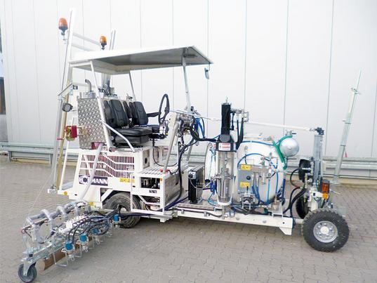 H18 in Singapur mit 1K Kaltfarben Airless System für den Einsatz mit 120 cm Breitstrichmarkeur mit 5 Farb- und Perlpistolen, 460 ltr Druckbehälter ausgerüstet als Palettierungssystem mit elektrischen und hydraulischen Schnellverschlüssen sowie Laschen für