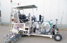 H18 en Singapur equipada para sistema de pintura en frío de 1-componente Airless, con marcador aeroportuario de 120 cm y con 5 pistolas de pintura y esferas, depósito presurizado 460 l construído como sistema modular con cierre rápidos eléctricos y hidráu