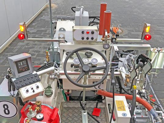 H10 ausgerüstet für die Applikation von Thermoplastiken – Extruder – Glattstriche - zwei Perlpistolen für zwei unterschliedliche Glasperlensorten