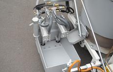 RP100-1H equipado con electrónica de control de longitud trazo-intervalo ELC2 y arranque eléctrico y zapatón para líneas dobles hasta una anchura máx. (trazo-intervalo-trazo) de 50 cm aquí 10/10/10 cm (zapatón 30 cm) con pistolas de esferas