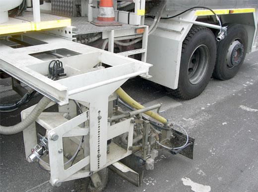 Sistema de camera a ambos lados, con dispositivo neumático para evitar el ensuciamiento y humedad sobre el objetivo, al ejemplo: de un camion de marcaje, equipado para pinturas termoplásticas proyectables para la supervisión de la calidad de marcaje