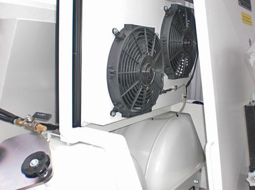 ... position du refroidisseur à eau entre compartiment des moteurs et support du siège