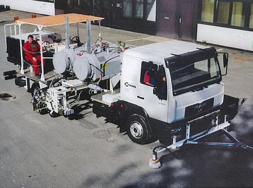 H75-1000 con depósitos presurizados (2 x 500l) para pinturas termoplásticas proyectables, unidad de marcaje a ambos lados